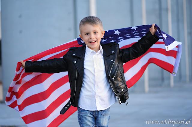 Chłopiec z amerykańską flagą 4 lipca święto narodowe, dzień flagi dumny