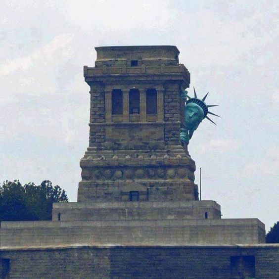 Funny Statue of Liberty hiding picture