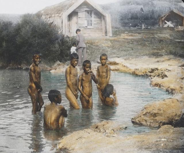 Những cậu bé người Maori ở New Zealand tắm trong một hồ nước nhỏ vào năm 1895.