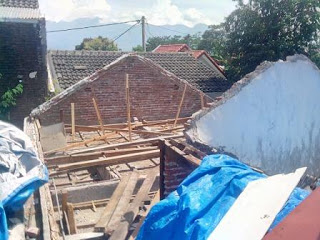 Pembongkaran atap rumah