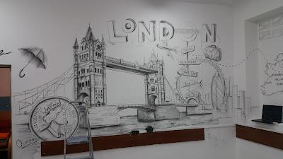 Mural w szkole, tematyczny mural w klasie językowej, urządzanie klasy językowej poprzez malowanie murala 3D, ciekawy pomysł na klasę językową, mural 3D w sali językowej języka angielskiego,