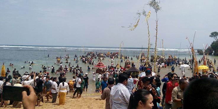 Ribuan Umat Hindu melakukan ritual keagamaan.