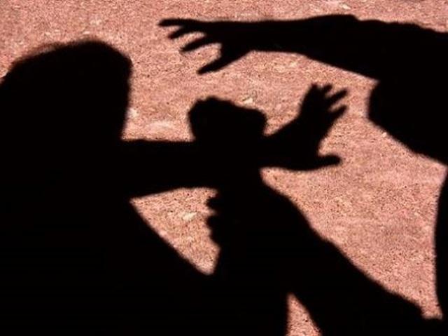 Resultado de imagem para agressão fisica para assaltar