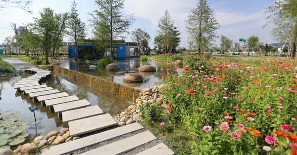《台中.北屯》鉅虹建設|水岸秘境|落羽松|生態池|小橋|流水|石板步道|竹子隧道