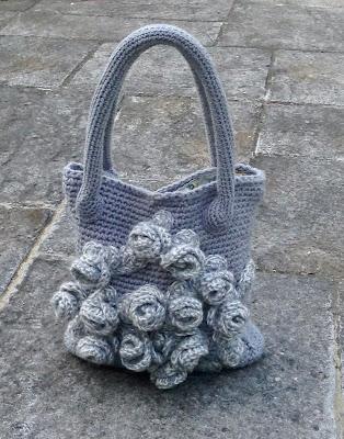 sac au crochet avec des fleurs en relief