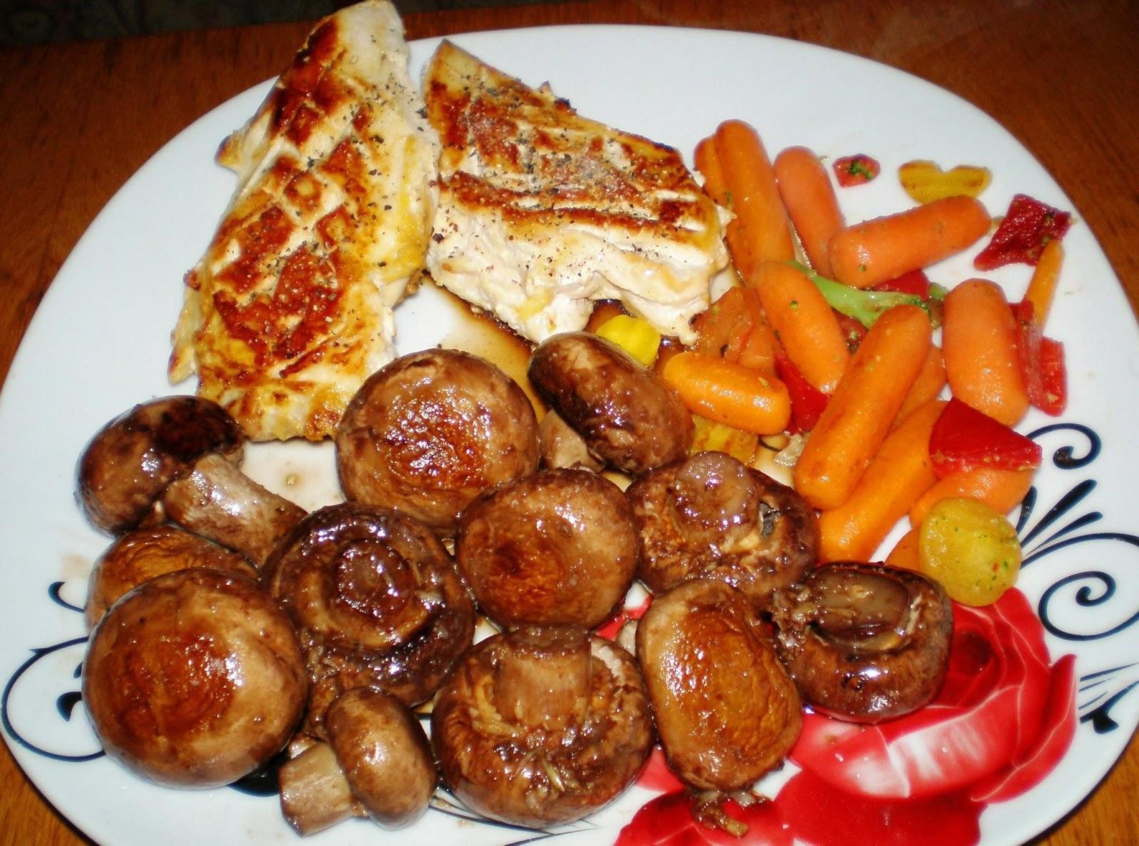 Piept de pui, ciuperci și morcovi sotați