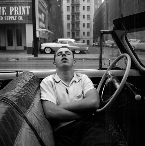 "imagenes bellas, fotos vintage, cool pictures -- fotografa Vivian Maier, New York, 1955, ""Man Sleeping in Car""."