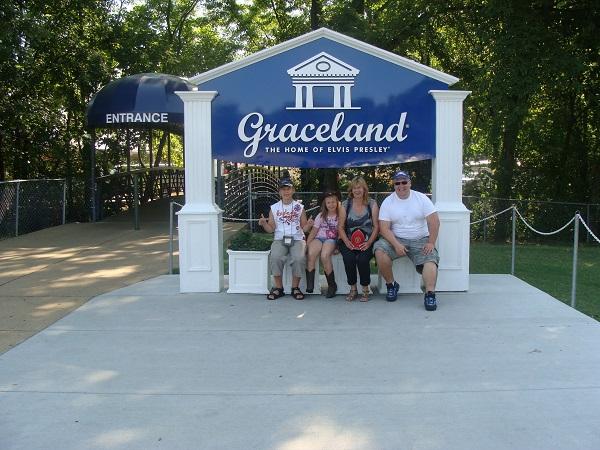 Vor dem Eingang von  Graceland Elvis Memphis Tennessee