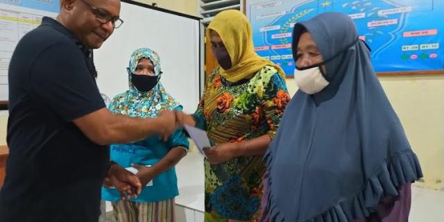 Muhammad Sinen Serahkan BLT Tidore Kepulauan ke 100 KK di Galala
