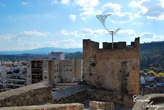 """Una muestra temporal de arte  """"reloj de sol"""" en una torre del Castillo de Buñol"""