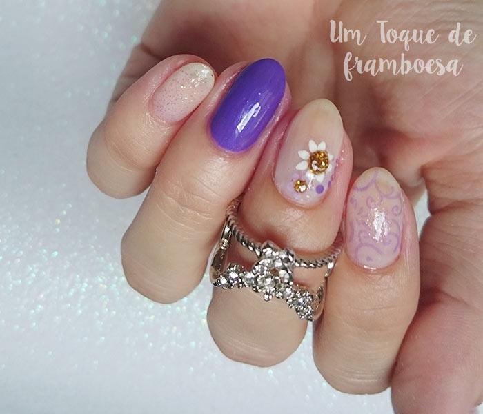 Unhas decoradas simples com adesivos para unhas e esmalte Quero Cia.