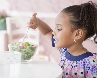 Las distintas ensaladas para niños son una forma perfecta de hacer que los más pequeños coman vegetales y se alimenten de forma saludable, el problema con esto es que las ensaladas no son muy atractivas para los niños y estos buscan siempre evitar todo lo que sea verde ya que no les gusta su sabor