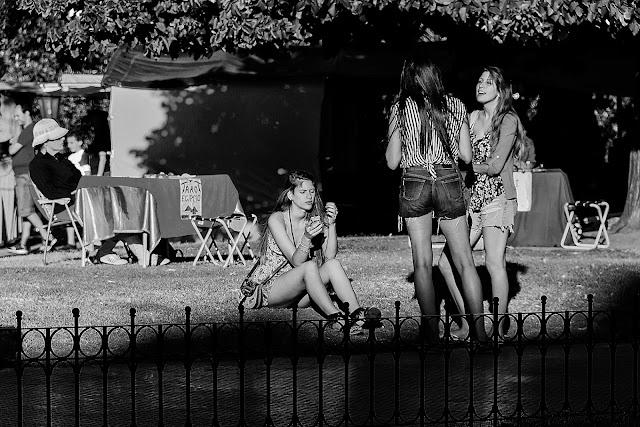 Jóvenes tomando sol en Recoleta.