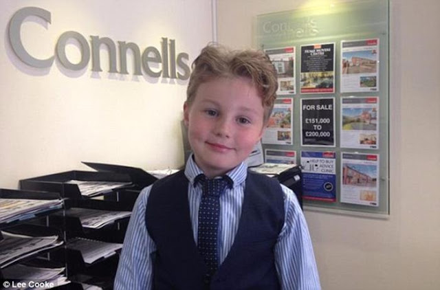 Papá saca hijo de escuela por bullying y le enseña negocios