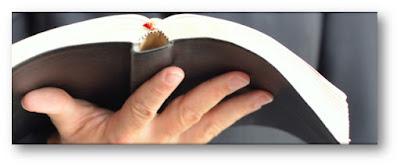 pregador bíblia mão
