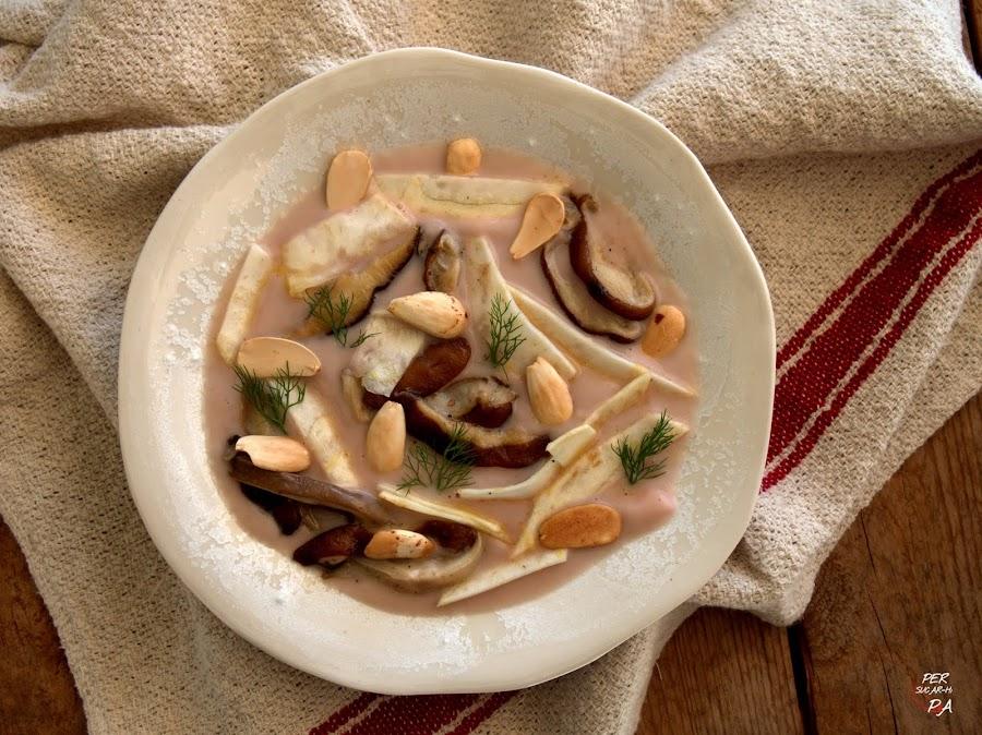 Sopa de apionabo, con guarnición de setas, almendras y apionabo marinado.