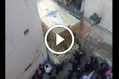 video impresionante y de una dificilisima revira de palio de la virgen de la aurora de granada en las calles grifos de san jose del barrio del albayzin o albaycin en las cercanias de la alhambra el jueves santo del año 2010