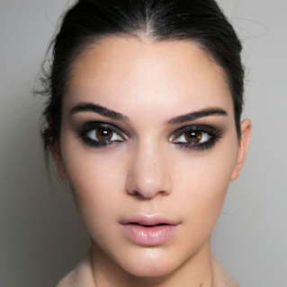 Apply makeup smokey eyes to hang out at night for a more dramatic eye impression