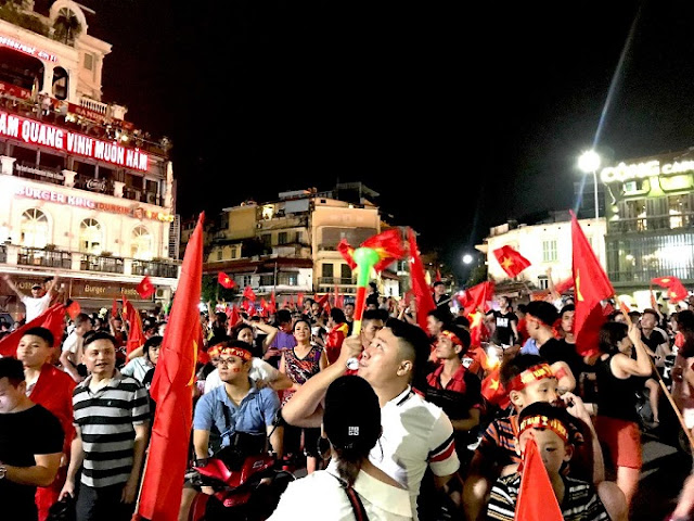 Vietnam streets overflow as football fans go to town over Asian Games history 4