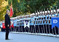 Cumhurbaşkanlığı Muhafız Alayı Cumhurbaşkanı karşısında -hazır ol- da dururken