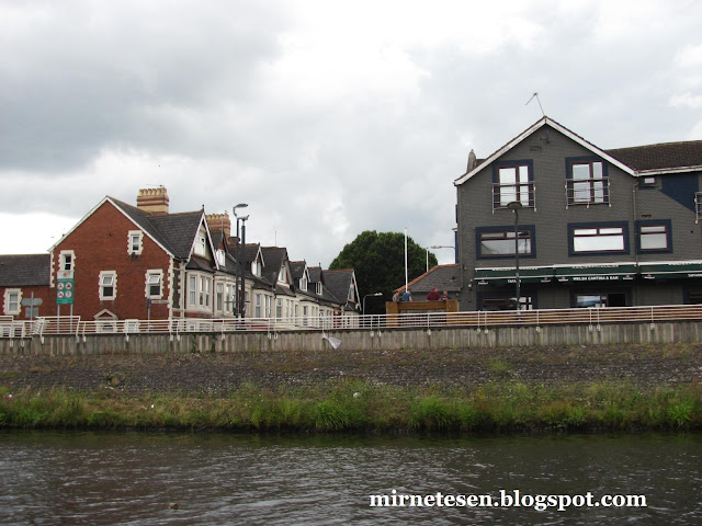 Кардифф - домики у реки