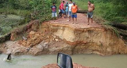 Ponte desaba durante fortes chuvas em Garrafão do Norte