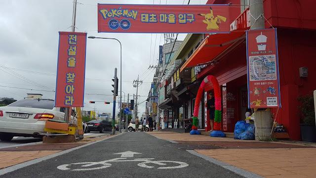 Calle de Sokcho con carteles de Pokemon