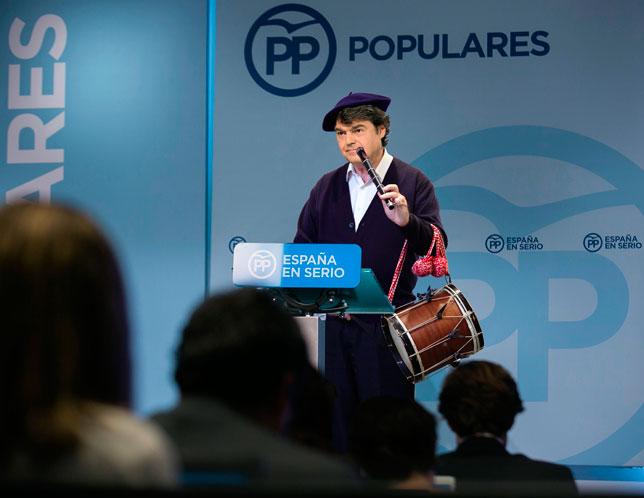 Jorge Moragas interpretando el himno del PP a txistu y tamboril