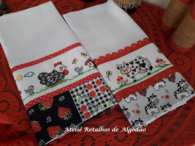 Panos de prato com bordado de vaquinha e de galinhas em ponto de cruz e barra de tecido