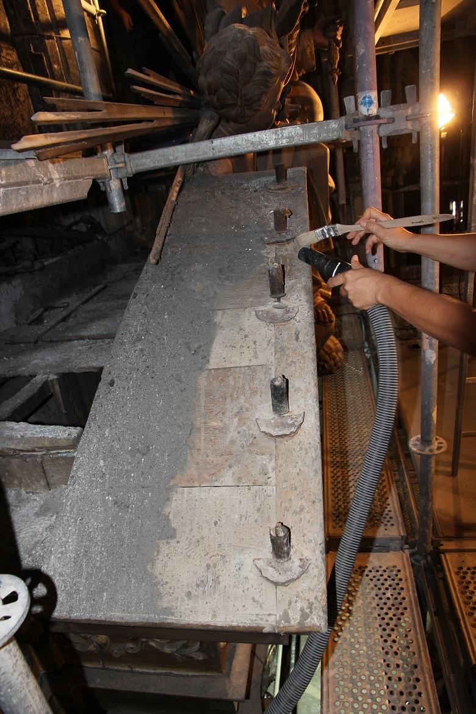 Aspiración de suciedad superficial acumulada en la restauración del retablo de Santa Eulalia en Palma