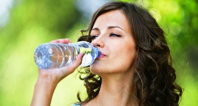 A palackozott vízben 24 ezer vegyianyag található, köztük endokrin rendszert károsító anyagok
