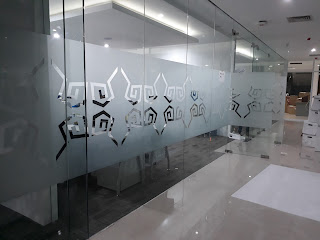PEMASANGAN STICKER SANDBLAST DI GARUDA INDONESIA CARGO CENTER