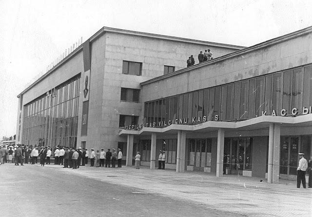 20 июля 1960 года. Рига. На Привокзальной площади возле новых зданий Рижского Центрального ж/д вокзала.