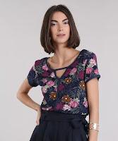A modelagem é ampla com decote redondo e mangas curtas