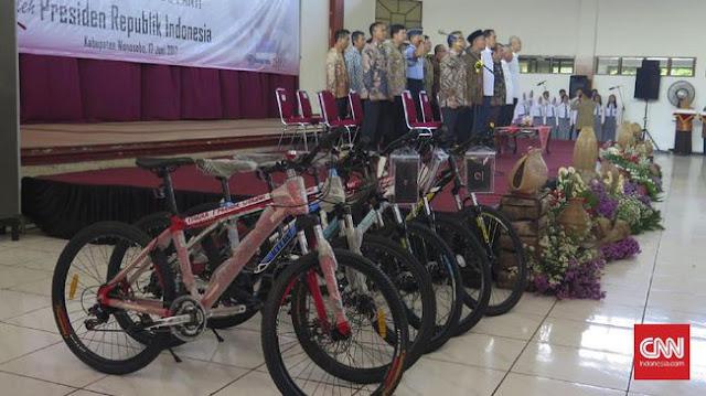 Diperbolehkan KPU, Jokowi Kembali Bagikan Sepeda