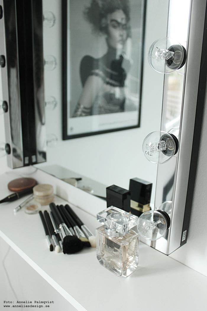 smink, sminkhörna, wwalk in closet, makeup, makeuparea, pall, spegel, lampor, ljusramp, ikea,