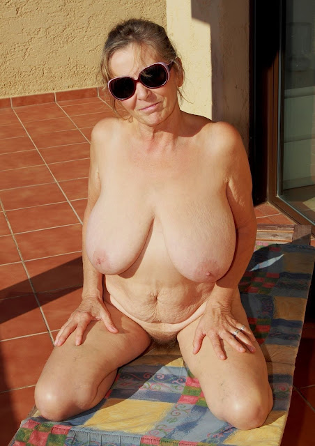 Bild von nackter Hängetitten Oma
