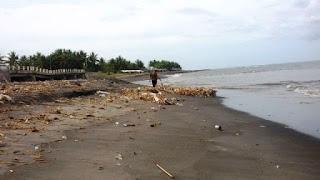 Pantai Labuhan Haji Dipenuhi Tumpukan Sampah