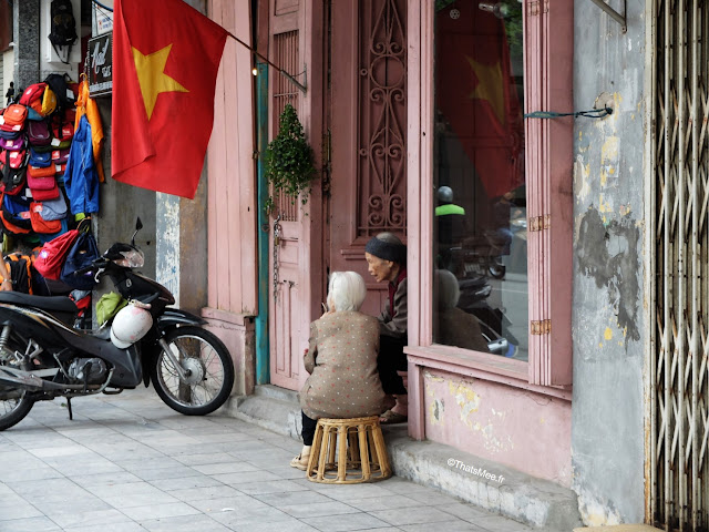 vue du vietnam vieilles femmes qui discutent