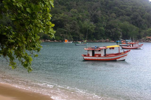 A Praia de Picinguaba, em Ubatiba com suas traineiras de pescadores