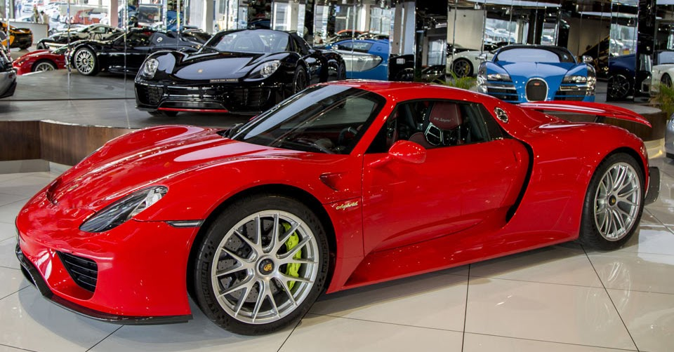 red porsche 918 spyder weissach even stands out in dubai. Black Bedroom Furniture Sets. Home Design Ideas