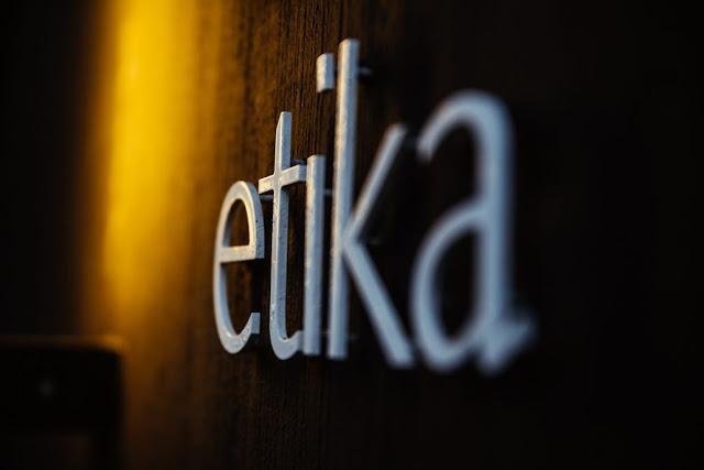 akhlak memiliki persamaan kata dengan etika yang berasal dari bahasa