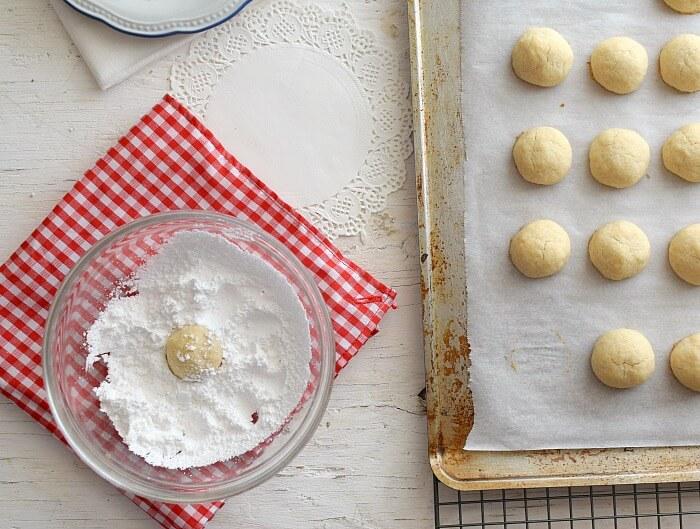 Ingredientes para las galletas polvorosas de coco: mantequilla, harina para todo uso, vainilla y azúcar glass
