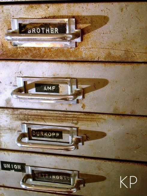 Muebles de cajones vintage estilo industrial. cajonera antigua metálica. archivador antiguo