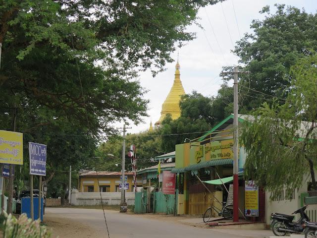 Zona cercana a la Shwezigon Pagoda en Nyang - U