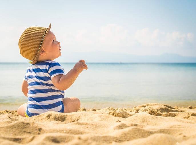 Με το μωρο στην θαλασσα