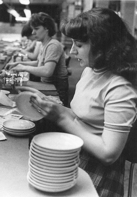 """Апрель 1984 года. Рига. """"Rīgas porcelāna rūpnīcas komjauniešu un jauniešu kompleksās brigādes brigadiere Marija Baltais."""" (Zvaigzne)"""