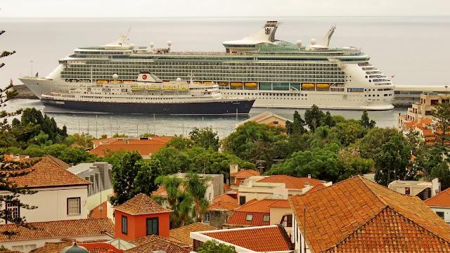 O Independence of the Seas e o resistente Astoria