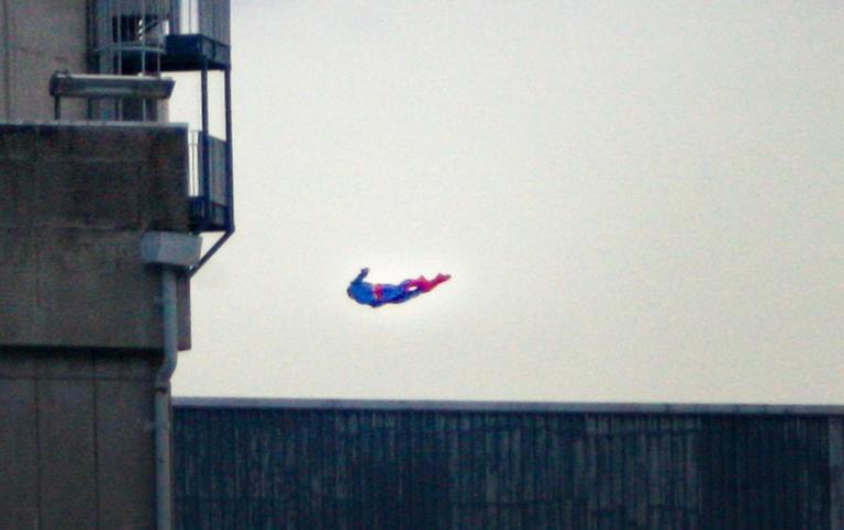 Η Greenpeace έστειλε τον…Superman σε πυρηνικό σταθμό και συνετρίβη! (βίντεο)