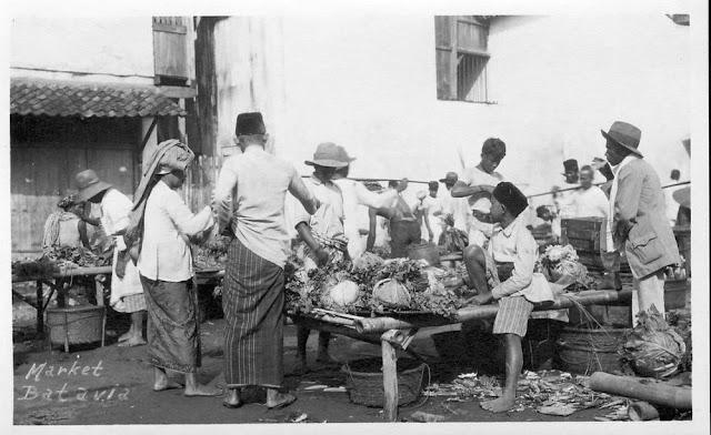 Photo of Market at Batavia circa 1920 - Pasar di Jakarta pada tahun 1920